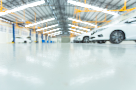 Photo pour epoxy floor in interior car, interior car-care center. cars in the service put on the epoxy floor, The electric lift for cars. - image libre de droit
