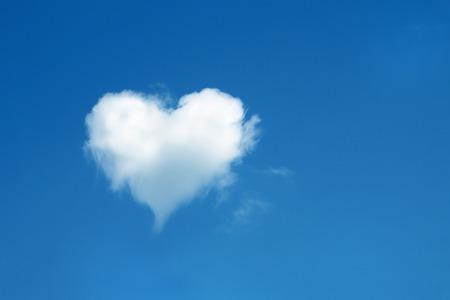 Photo pour heart shaped cloud in the blue sky - image libre de droit