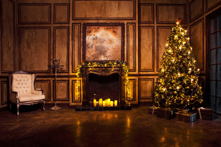 Photo pour Classic New Year Tree decorated in grunge room interior - image libre de droit