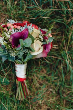 Foto de wedding bouquet and wedding decoration, flowers and wedding floral arrangements at party - Imagen libre de derechos