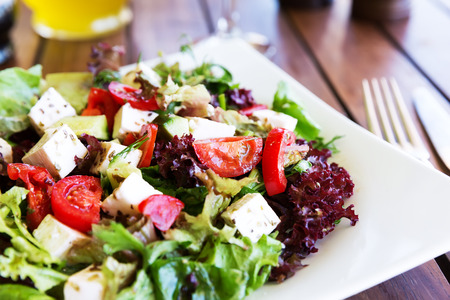 Photo pour Greek Mediterranean salad with feta cheese, tomatoes and peppers. Mediterranean salad. Mediterranean cuisine. Greek cuisine. - image libre de droit