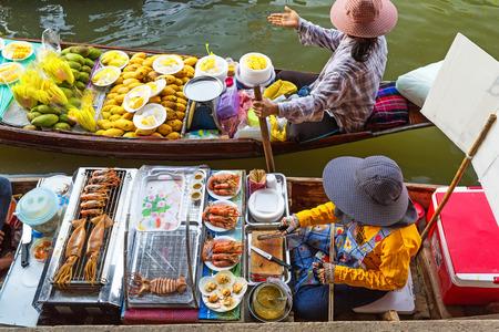Photo pour Traditional floating market in Damnoen Saduak near Bangkok. Thailand - image libre de droit