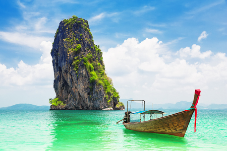 Photo pour Thai traditional wooden longtail boat and beautiful sand beach at Koh Poda island in Krabi province. Ao Nang, Thailand. - image libre de droit