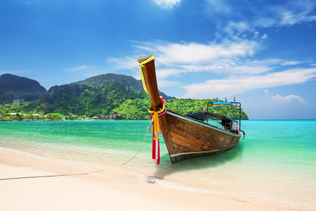 Photo pour Thai traditional wooden longtail boat and beautiful sand beach at Koh Phi Phi island in Krabi province. Ao Nang, Thailand. - image libre de droit