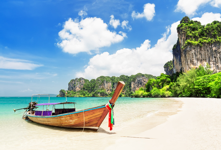 Photo pour Thai traditional wooden longtail boat and beautiful sand Railay Beach in Krabi province. Ao Nang, Thailand. - image libre de droit