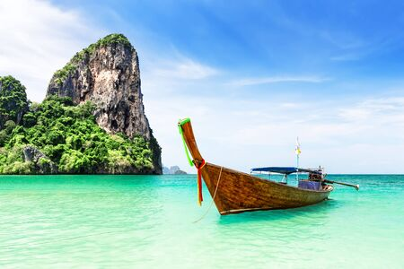 Photo pour Thai traditional wooden longtail boat and beautiful sand Railay Beach in Krabi province in Thailand. Ao Nang, Thailand. - image libre de droit