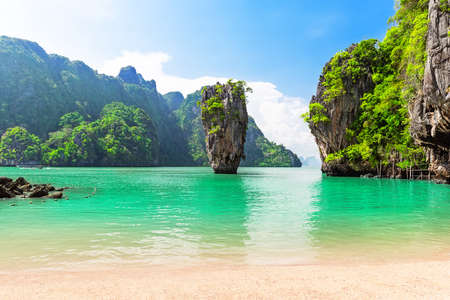 Photo pour Famous island near Phuket in Thailand. Travel photo of island in Phang Nga bay, Thailand. - image libre de droit