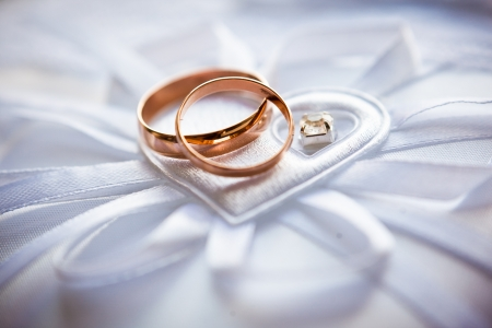 Foto de gold wedding rings on the pincushion - Imagen libre de derechos