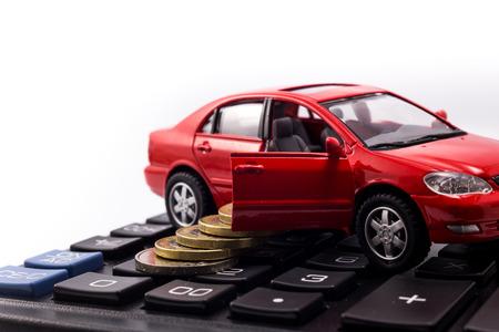 Photo pour car model and coins on calculator - image libre de droit