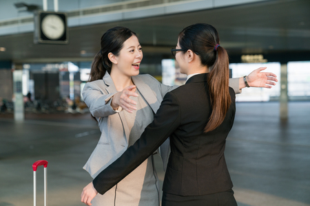 Foto de Two happy Businesswomen hugging each other in the station. - Imagen libre de derechos