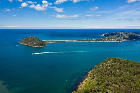 Photo pour Aerial view of Barrenjoey Lighthouse, Barrenjoey Head, Palm Beach and Pittwater, from West Head, Sydney, Australia - image libre de droit