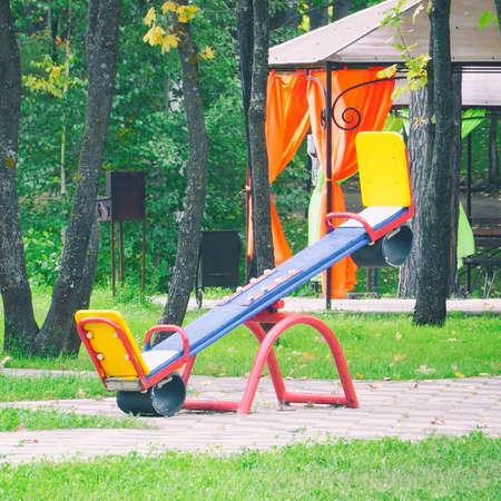 Foto de Empty, without children, childrens swings in Park - Imagen libre de derechos