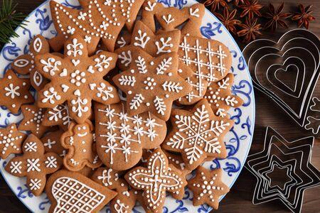 Photo pour Homemade gingerbread cookies on a  plate. Top view. - image libre de droit