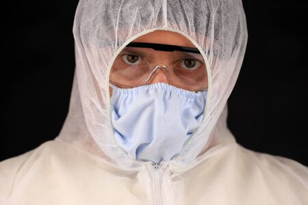 Photo pour Doctor in a protective suit and mask during a rapidly spreading coronavirus. Global coronavirus disease (COVID-19) 2020. - image libre de droit