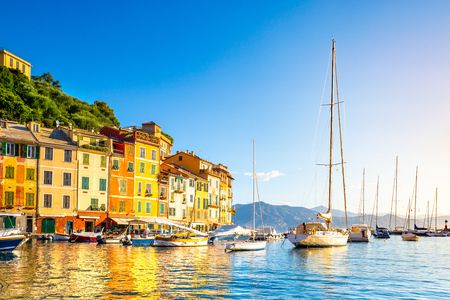 Photo pour Beautiful sea coast with colorful houses in Portofino, Italy. Summer landscape - image libre de droit