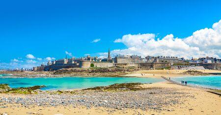 Foto de Beautiful view of the city of Privateers - Saint Malo in Brittany, France - Imagen libre de derechos