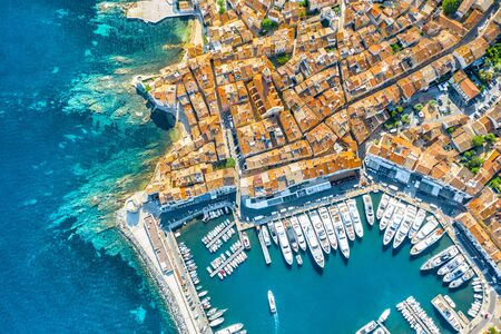 Foto de View of the city of Saint-Tropez, Provence, Cote dAzur, a popular destination for travel in Europe - Imagen libre de derechos