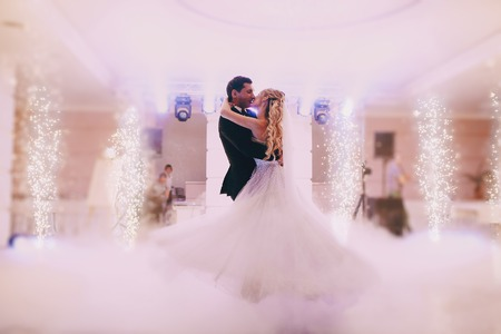 Foto de brides wedding party in the elegant restaurant with a wonderful light and atmosphere - Imagen libre de derechos
