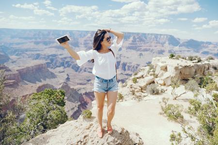 Foto de girl exploring the grand canyon in Arizona - Imagen libre de derechos