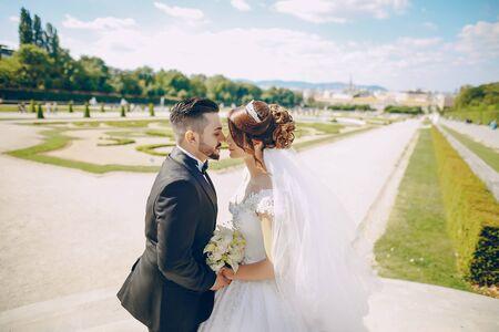 Foto de Stylish happy bride and groom kissing - Imagen libre de derechos