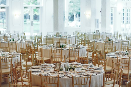 Foto de Beautiful round tables. Elegant wedding with gold furniture - Imagen libre de derechos