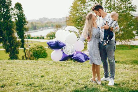 Photo pour beautiful family in a park - image libre de droit