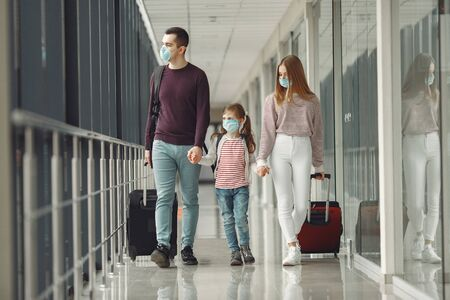 Photo pour People in airport are wearing masks to protect themselves from virus - image libre de droit