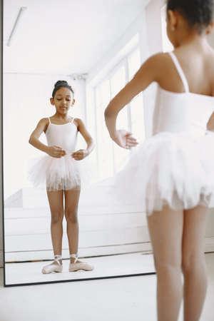 Photo pour African cild girl is studying ballet - image libre de droit