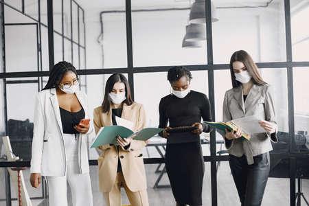 Foto de The business women wearing masks while working at office - Imagen libre de derechos