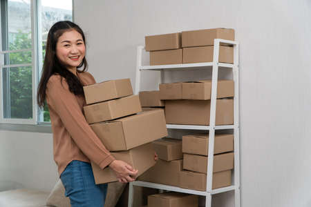 Photo pour Happy young asian entrepreneurs are arranging boxes for delivering products to customers. Small business owner and success in online business concepts. - image libre de droit