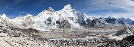 Foto de panoramic view of Mount Everest with beautiful sky and Khumbu glacier from Kala Patthar - Khumbu valley - way to Everest base camp - Nepal - Imagen libre de derechos