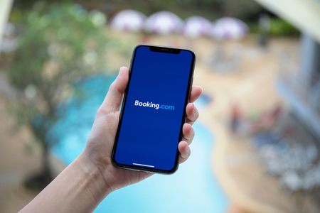 Photo pour Koh Samui, Thailand - January 31, 2018: Woman hand holding iPhone X with application Booking.com online hotel reservations on the screen. iPhone 10 was created and developed by the Apple inc. - image libre de droit