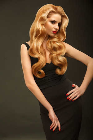 Photo pour Blonde Hair. Portrait of Beautiful Woman with Long Wavy Hair. - image libre de droit