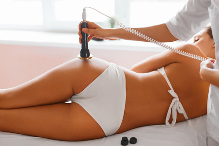 Photo pour Body Care. Ultrasound Cavitation Body Contouring Treatment. Woman Getting Anti-cellulite And Anti-fat Therapy On Her Tight Buttocks In Beauty Salon. Spa Treatment. Wellness, Wellbeing, Healthcare, Lifestyle. - image libre de droit