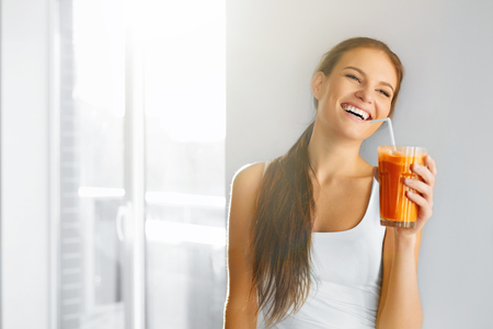 Photo pour Healthy Lifestyle. Closeup Of Beautiful Smiling Vegetarian Woman Drinking Fresh Raw Detox Vegetable Juice. Healthy Food Eating, Diet And Lifestyle Concept. Drinks. Beauty Concept. - image libre de droit
