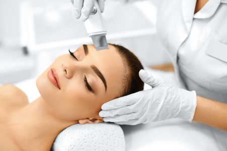 Photo pour Skin Care. Close-up Of Beautiful Woman Receiving Ultrasound Cavitation Facial Peeling. Ultrasonic Skin Cleansing Procedure. Beauty Treatment. Cosmetology. Beauty Spa Salon. - image libre de droit