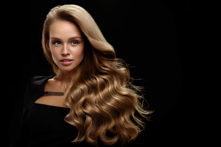 Photo pour Hair Beauty And Makeup. Beautiful Fashion Girl Model With Perfect Blonde Hair Color And Gorgeous Face. Attractive Sexy Woman With Healthy Long Shiny Wavy Curly Hair Posing In Studio. High Resolution - image libre de droit