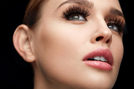 Photo pour Fake Eyelashes. Portrait Of Beautiful Sexy Woman With Professional Makeup And Smooth Soft Skin. Female Model With Long Black Thick Eye Lashes, Perfect Eyebrows And Beauty Face. High Resolution - image libre de droit