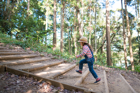 Photo pour Girl to climb the stairs of the forest - image libre de droit