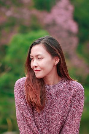 Photo pour Women wearing pink shirts are happily smiling. - image libre de droit