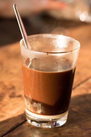 Photo pour Hot coffee in a glass, put on the table - image libre de droit