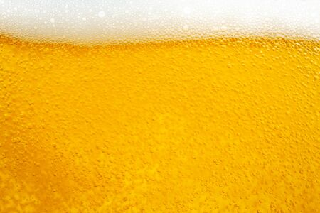 Photo pour Pouring beer with bubble froth in glass for background and design. - image libre de droit