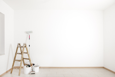 Photo pour ladder and painting accessories are in an empty room - image libre de droit