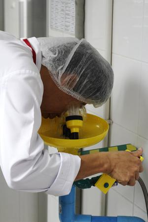 Photo pour worker is using shower eyes wash - image libre de droit