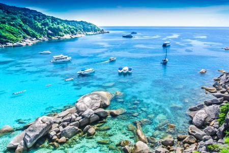 Photo pour Boat on Blue Ocean Clear Water - image libre de droit
