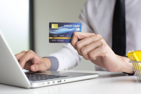 Photo pour Buy products online, business people are bringing credit cards to pay for purchases. Online credit cards are easy to use. - image libre de droit