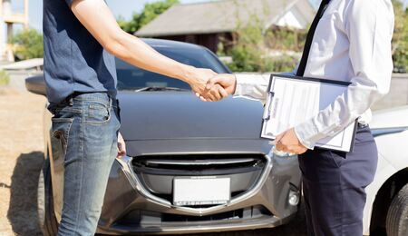 Photo pour Customers shake hand with car insurance agents to enter into friendly terms and conditions, Car crash on the road concept. - image libre de droit