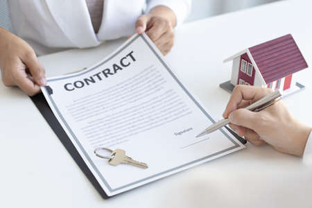 Photo pour Real estate agent or sales manager has proposed terms and conditions to customers who sign house purchase agreements with insurance, Agreement to sign the purchase contract concept. - image libre de droit