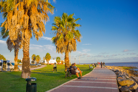 Photo pour MONTEVIDEO, URUGUAY - MAY 04, 2016: people spending some free time at a park located in front of the beach. - image libre de droit
