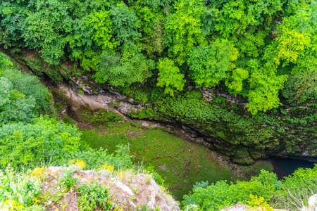 Photo pour Macocha Abyss - large limestone gorge in Moravian Karst, Czech: Moravsky Kras, Czech Republic. View from the top - upper lookput platform. - image libre de droit